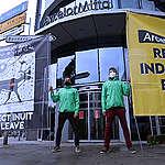 Greenpeace manifeste en solidarité avec les Nuluujaat Land Guardians au siège d'ArcelorMittal à Luxembourg-Ville