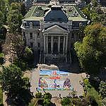 Caiozzama y Greenpeace despliegan enorme obra frente a museo.
