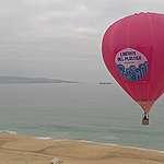 Greenpeace eleva  un globo aerostático para solicitar un pasillo libre de plásticos.