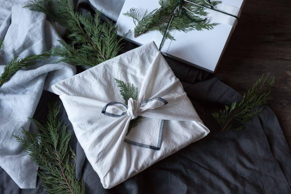 Nunca vuelvas a comprar papel de regalo: la guía definitiva para envolver sin generar residuos