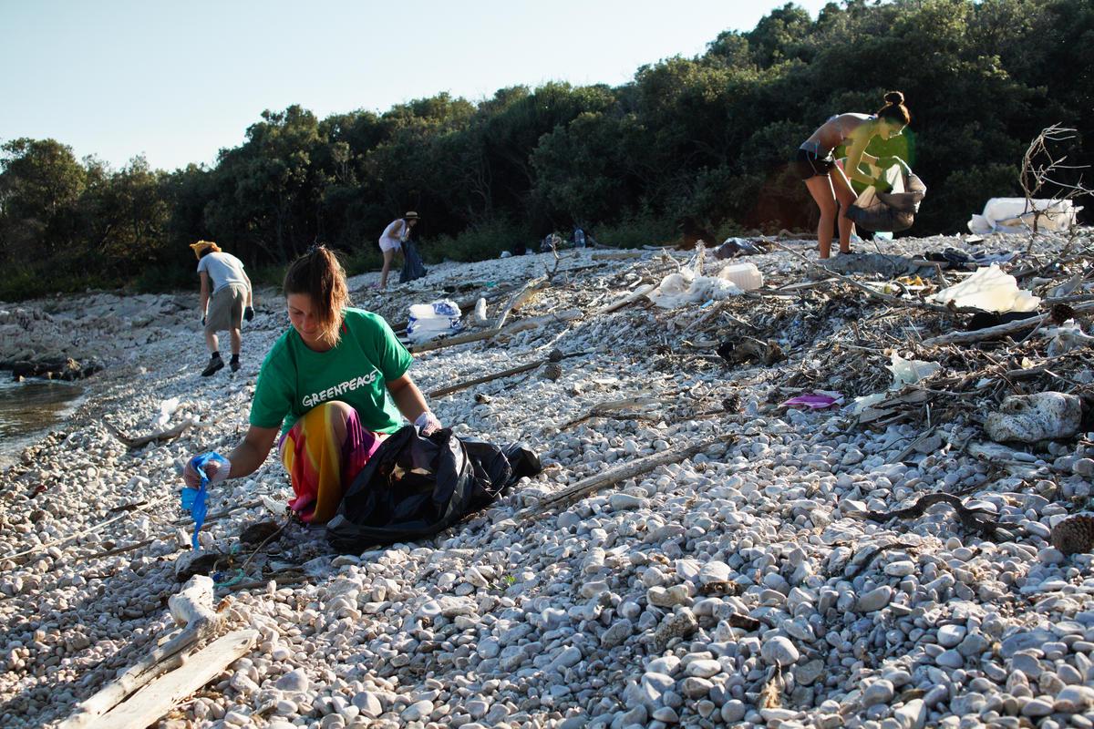 Adriatic Beach Clean-up and Brand Audit in Croatia. © Hrvoje Šimic / Greenpeace