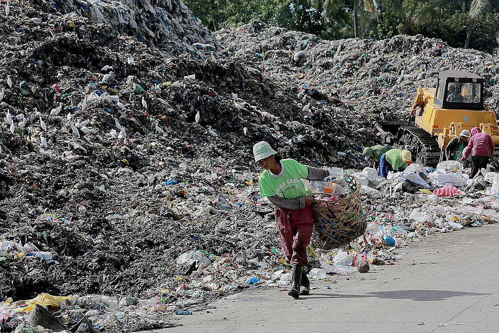 Plastic Waste Dump in Dumaguete, Philippines. © Greenpeace