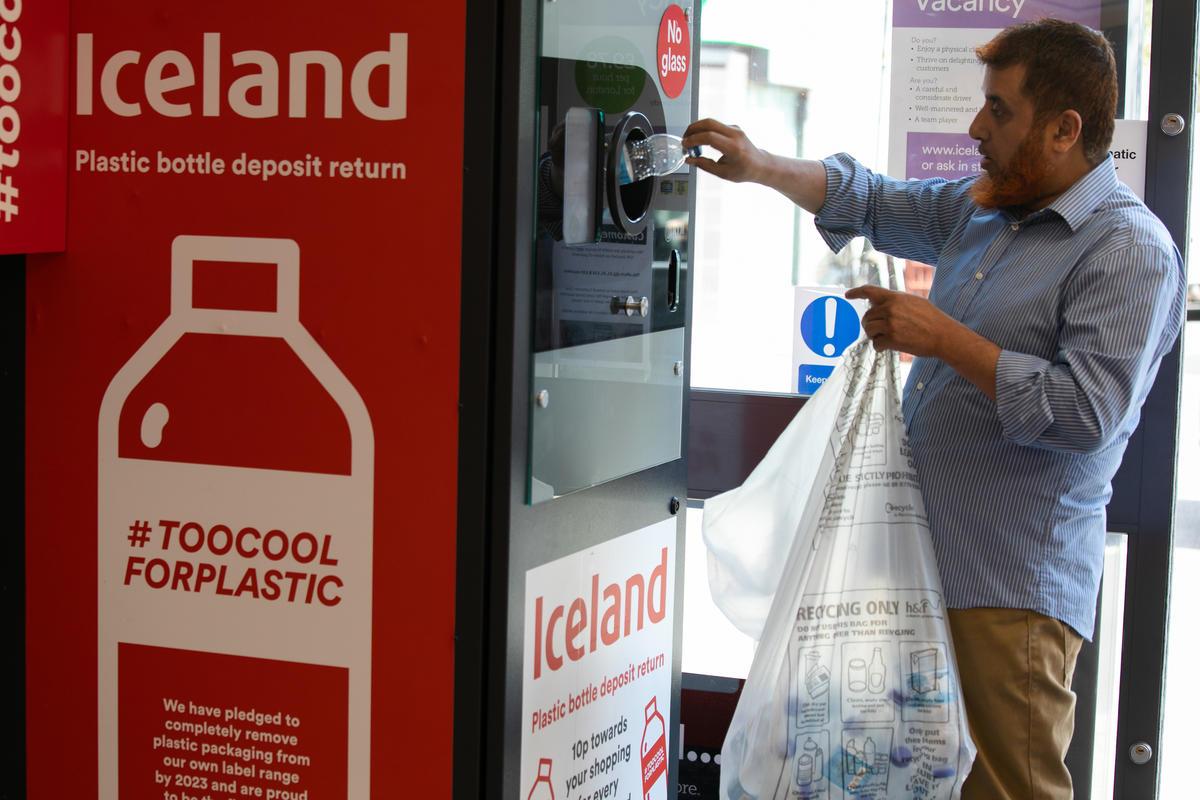 Plastic Bottle Return Trial, London. © Kristian Buus / Greenpeace