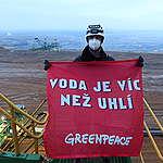 Greenpeace blokuje rypadlo v dole Turów, který krade lidem vodu. Nechce prodloužení ilegální těžby do roku 2044