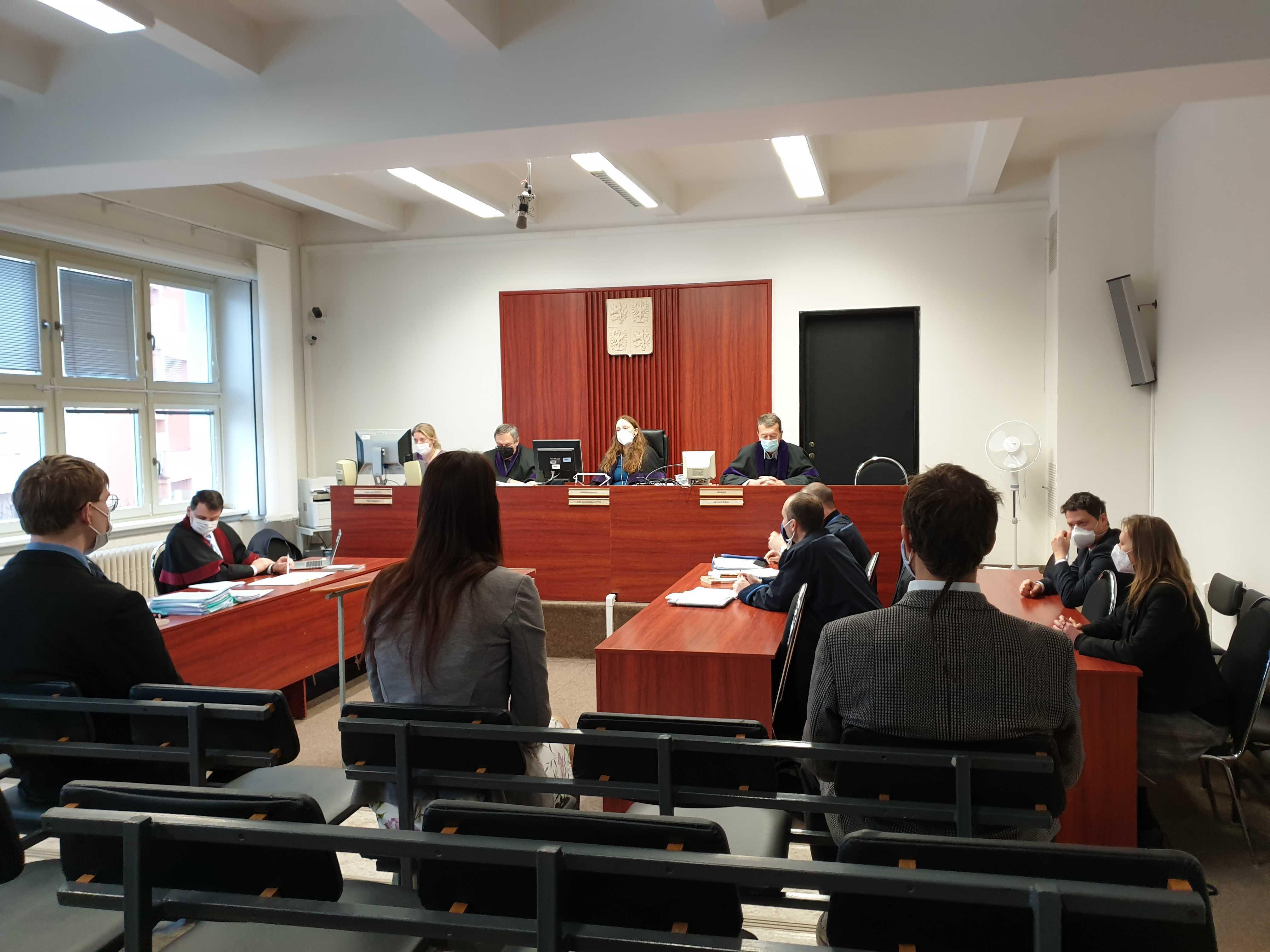 Soud odročil líčení s aktivisty a aktivistkami, kteří protestovali proti elektrárně Chvaletice