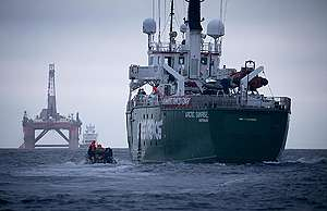 Greenpeace-skibet Arctic Sunrise følger efter boreplatformen fra olieselskabet BP © Greenpeace / Jiri Rezac