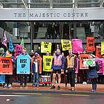 Aktivister protesterer uden for OMV-kontoret i Wellington. © Greenpeace / Marty Melville
