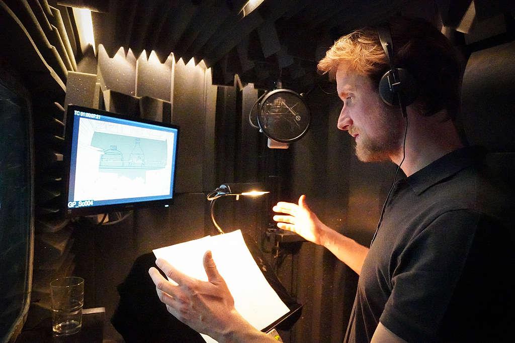 Mikkel Boe Følsgaard i lydstudiet, hvor han lægger stemme til filmen 'Der er et monster i mit køkken'