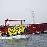 Greenpeace-aktivister i protest mod skib med foder til dansk fiskeopdræt fra Vestafrika