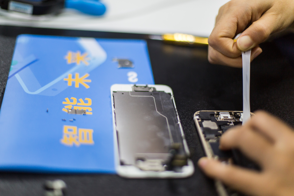 Greenpeace Smartphone Repair Cafe in Beijing. © Wendi Wu / Greenpeace