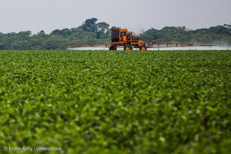 Máquina pulveriza defensivos agrícolas sobre plantação de soja, no Mato Grosso. Machine spraying pesticides on soybean crops in Mato Grosso.