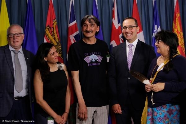 Clyde Riverin entinen pormestari ja yhteisön johtaja Jerry Natanine (keskellä) hymyili päätöksen jälkeen.
