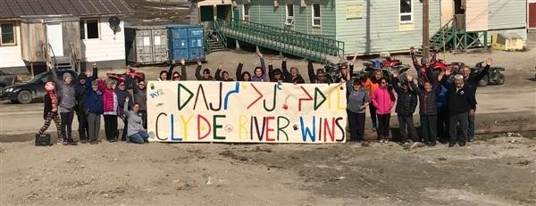 Clyde Riverin asukkaat juhlivat oikeuden päätöksen jälkeen.