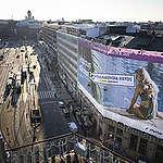 Greenpeacen aktivistit ripustivat fossiilimainontaa vastustavan banderollin Finnairin mainoksen päälle Helsingin Kaivokadulla 30.8.2021