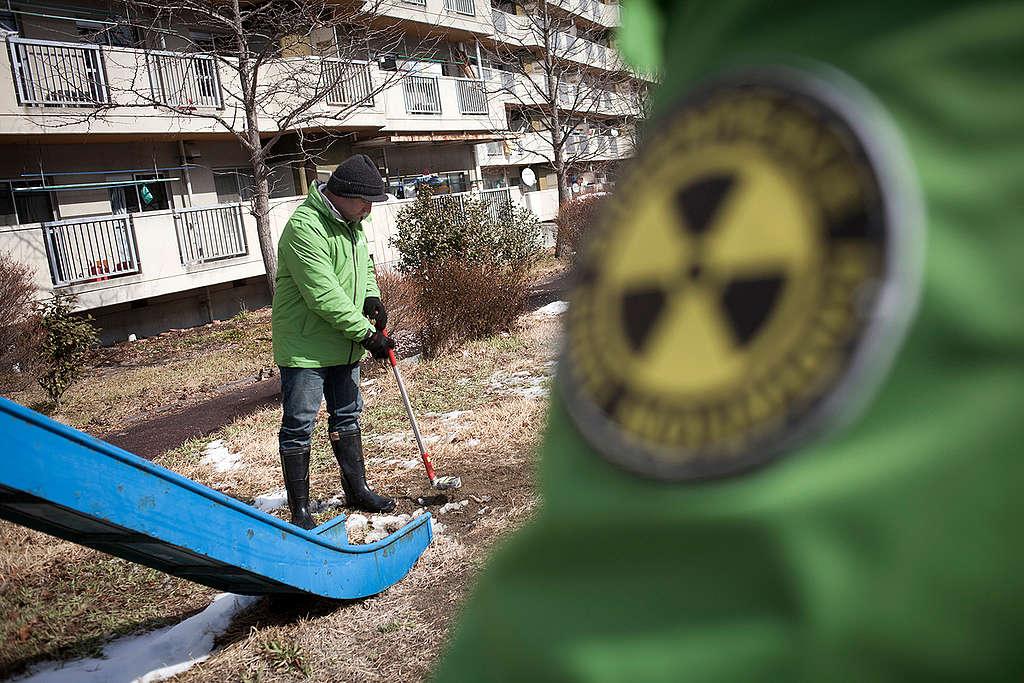 Radiation Monitoring in Fukushima. © Daniel Müller / Greenpeace
