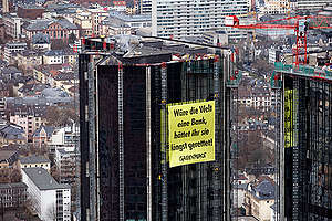 Deutsche Bank Protest in Frankfurt. © Greenpeace / Andreas Varnhorn