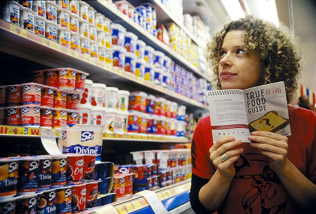 """Activist with the """"True Food Guide"""" in Australian Supermarket. © Greenpeace / Tim Cole"""
