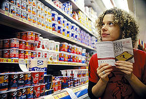 "Activist with the ""True Food Guide"" in Australian Supermarket. © Greenpeace / Tim Cole"