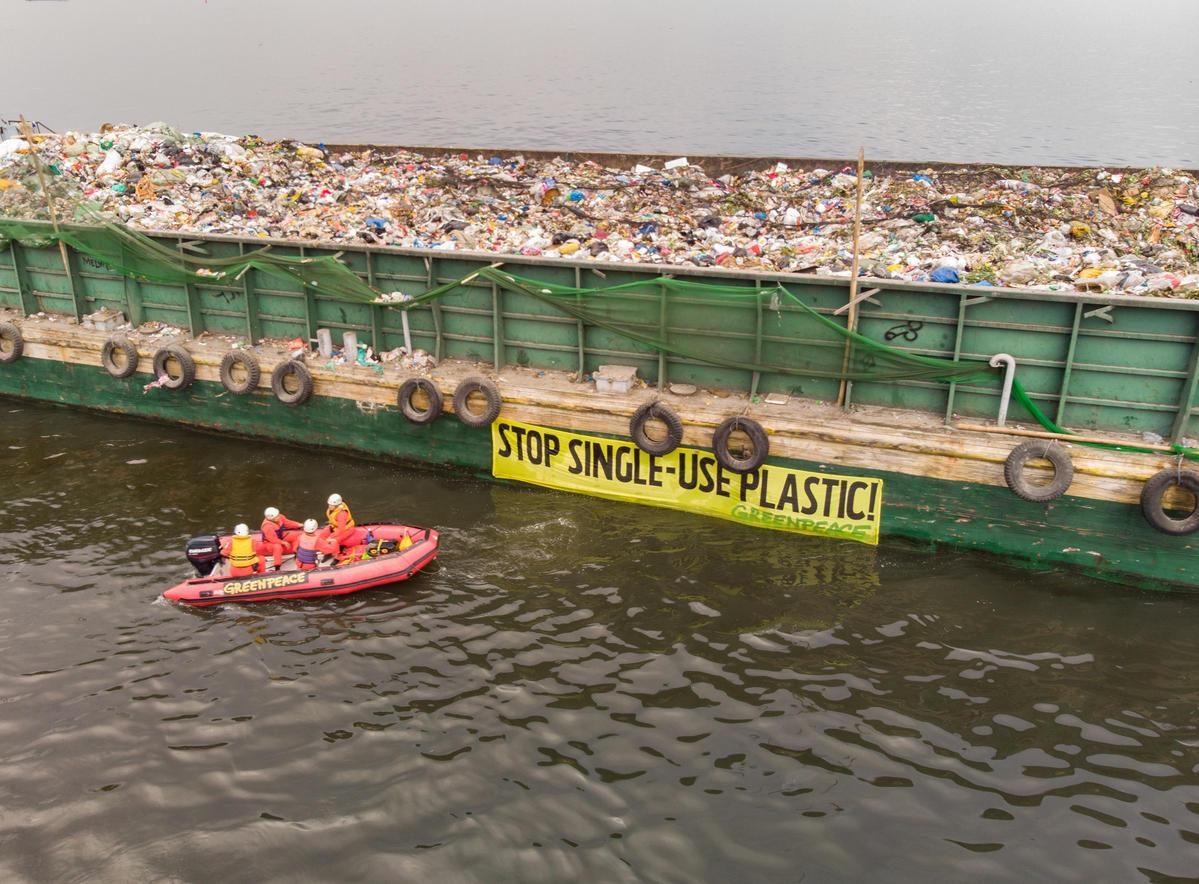 Plastic Waste Protest in Manila Bay. © Greenpeace / Arnaud Vittet