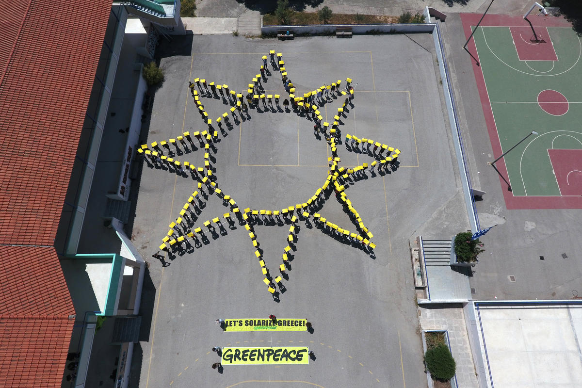 Sun-Shaped Human Banner with Children in Salamina. © Giorgos Moutafis / Greenpeace