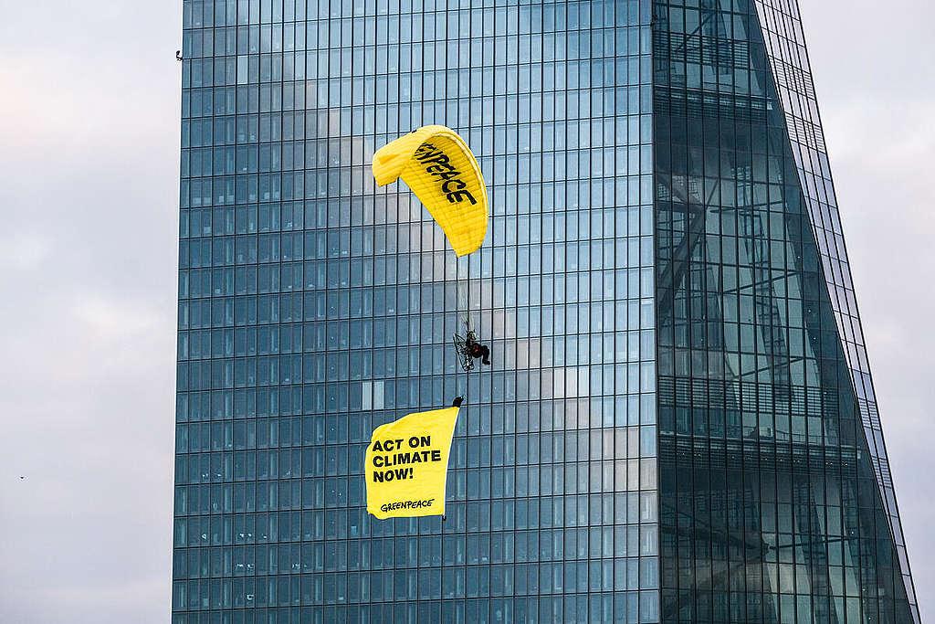 Banner Flight for a Green Monetary Policy in Frankfurt am Main. © Bernd Hartung / Greenpeace