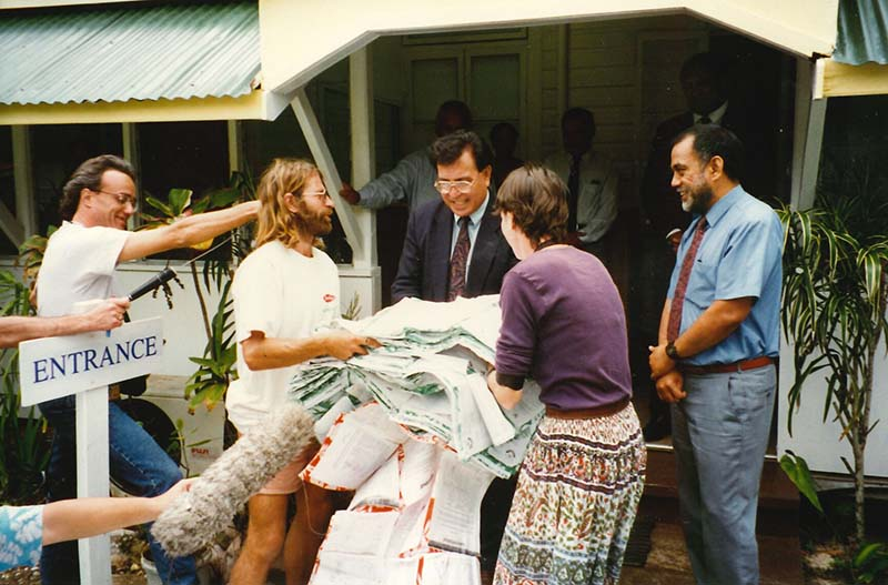 1-19 September 1997: Greenpeace Pacific Co-ordinator Bunny McDiarmid and crew member Alice Leney present a petition with over 40,000 signatures from around the South Pacific opposing nuclear shipments through the region to Cook Islands Prime Minister Geoffrey Henry who was hosting the annual South Pacific Forum meeting in Rarotonga. Photo by Michael Szabo
