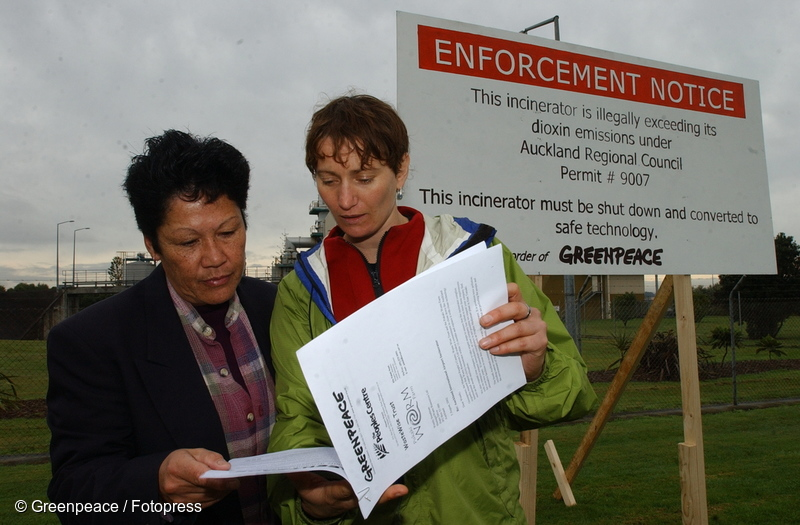 5 August 2002 Community campaigner Linda Lee and Greenpeace Campaigner Sue Connor deliver a letter demanding a phase out of waste incineration at Auckland airport