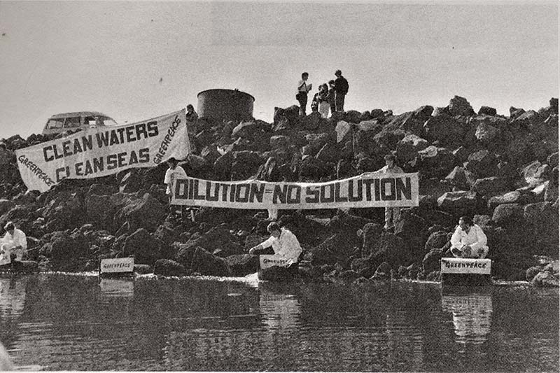 30 August 1990 Greenpeace activists block Auckland's sewage and industrial trade waste outfalls on the Manukau Harbour. Photo by Michael Dean