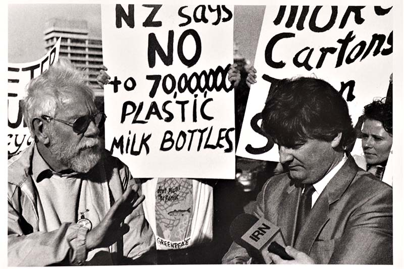 31 May 1990 Adopt-a-Beach Coordinator Peter Smith presses Environment Minister Peter Dunne on the need for tougher laws to combat plastic waste