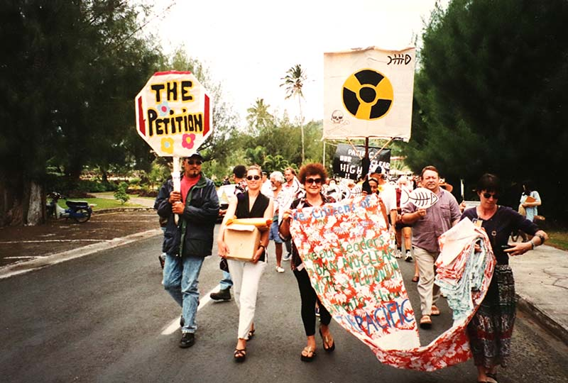 1-19 September 1997 Greenpeace Pacific Co-ordinator Bunny McDiarmid and Campaign Manager Stephanie Mills carrying the petition with 40,000 signatures_Photo by Michael Szabo