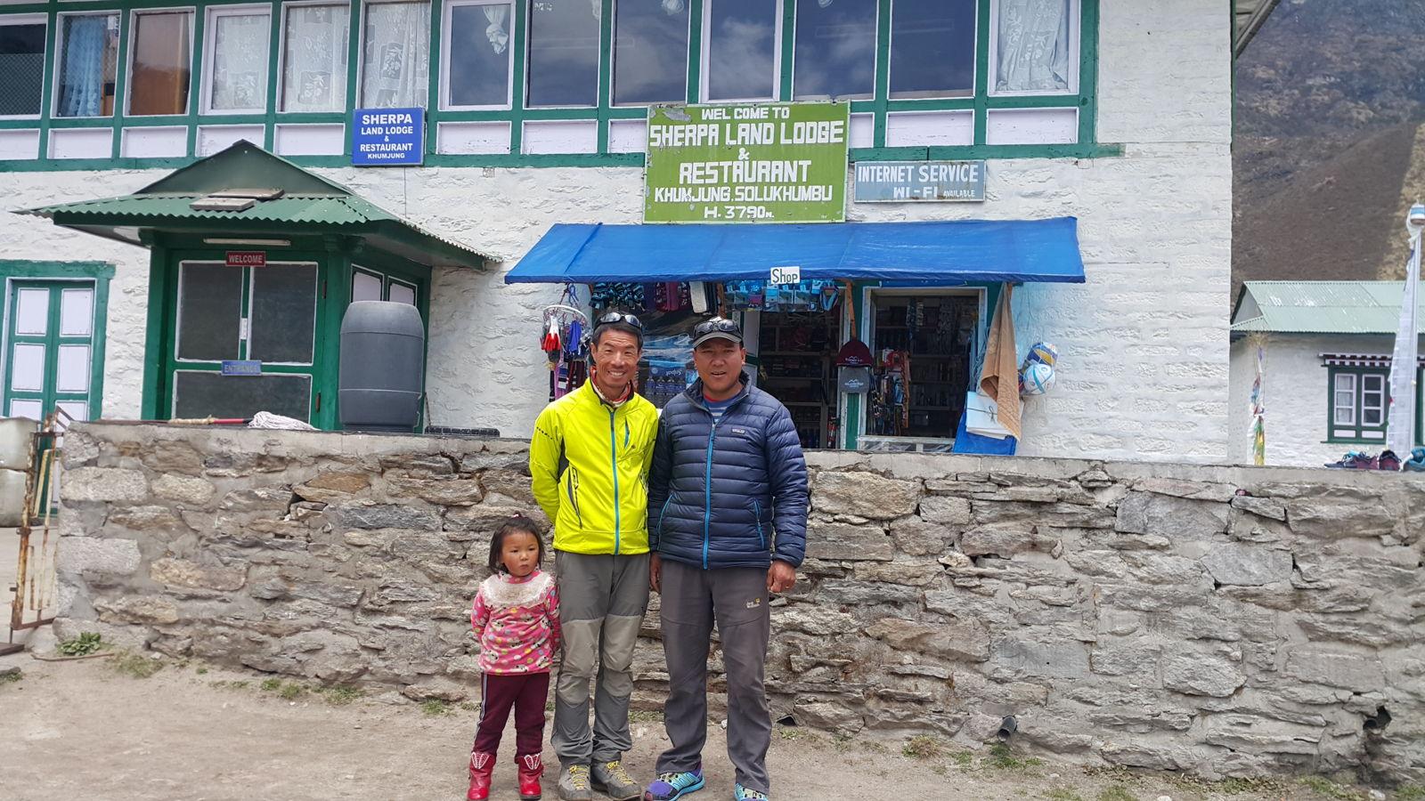 47歲的ANG Tsnerjng Sherpa(右)出生至今一直住在雪巴人村莊,坦言如今天氣難料。