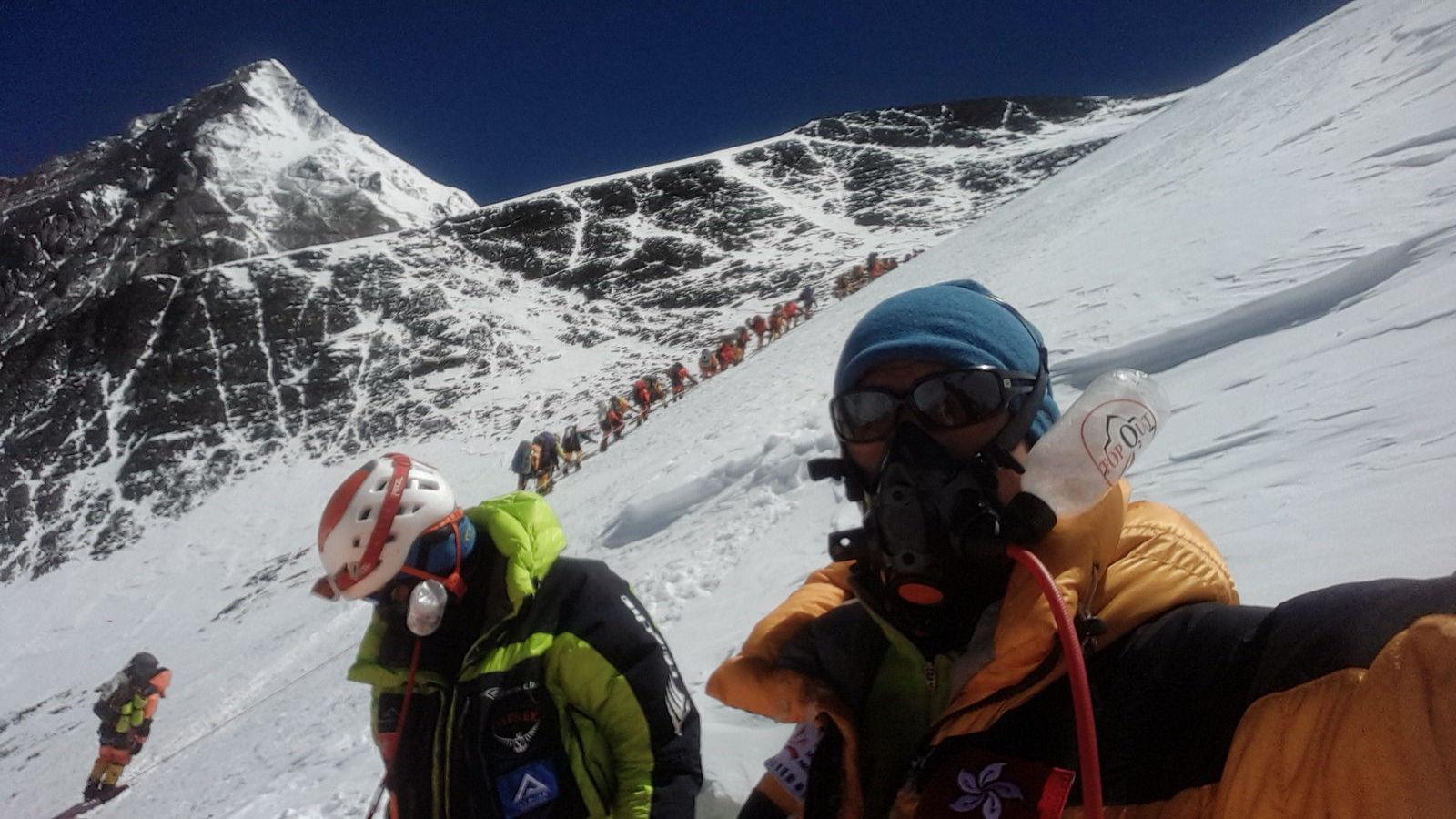 阿建與團隊剛從洛子峰頂回程折返,珠峰人龍就在身後。