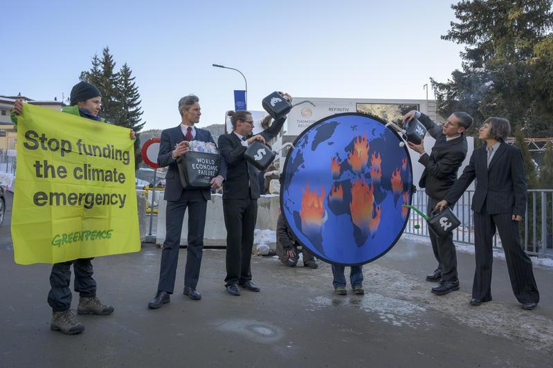 綠色和平行動者在達沃斯指出「世界經濟的缺失」。© Greenpeace / Ex-Press / Flurin Bertschinger