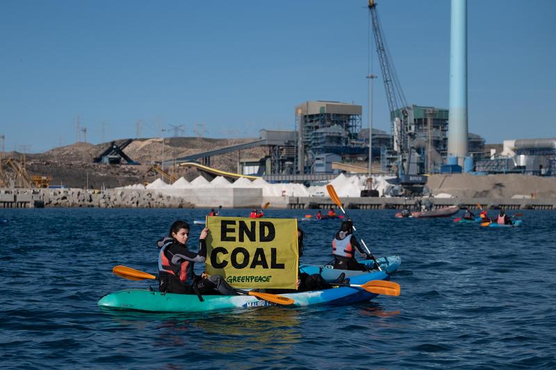 於2018年11月,西班牙超過70名行動者以獨木舟參與非暴力直接行動,呼籲「遠離煤炭」,地點正正就是阿爾梅利亞的卡沃内拉斯(Carboneras)燃煤電廠。© Pedro Armestre / Greenpeace