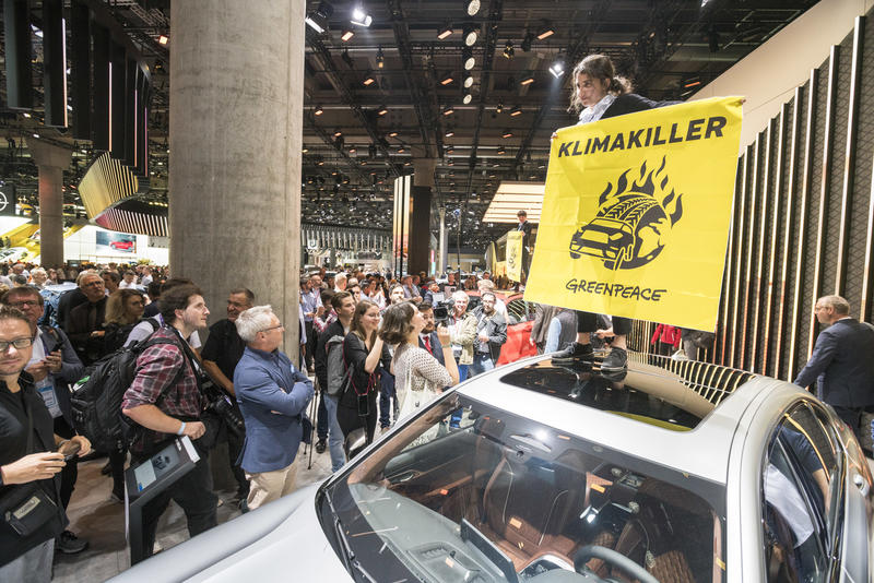 德國總理默克爾到訪國際車展期間,綠色和平連同其他行動者抗議使用柴油和汽油引擎的汽車破壞全球氣候。©Greenpeace