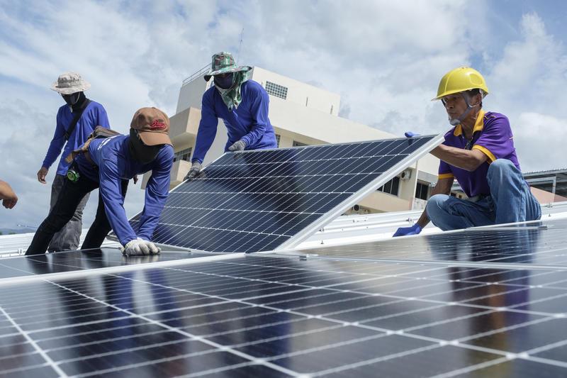 建置屋頂型太陽能板,可減少對化石燃煤的依賴,走向對地球友善的能源轉型。© Greenpeace / Arnaud Vittet