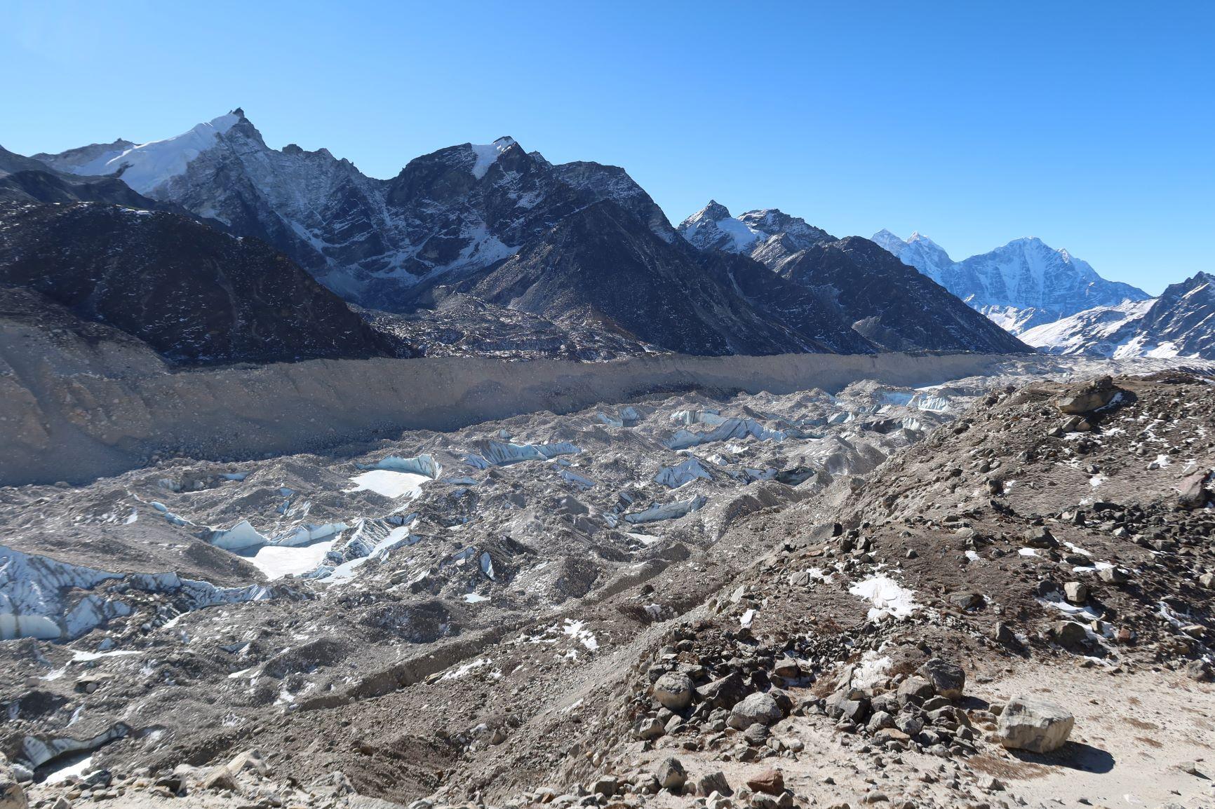 前往聖母峰基地營和登頂的必經之路,頻繁的冰河運動,斧琢出許多危險冰隙。© Greenpeace