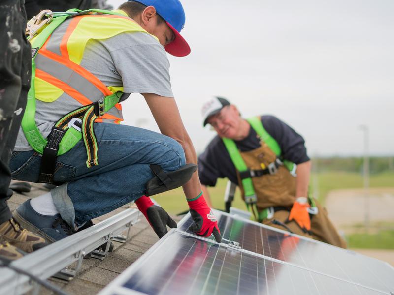 早年綠色和平促成政府於加拿大亞伯達省,協助當地社區建設太陽能發電設施。© Katie Cutting / Greenpeace