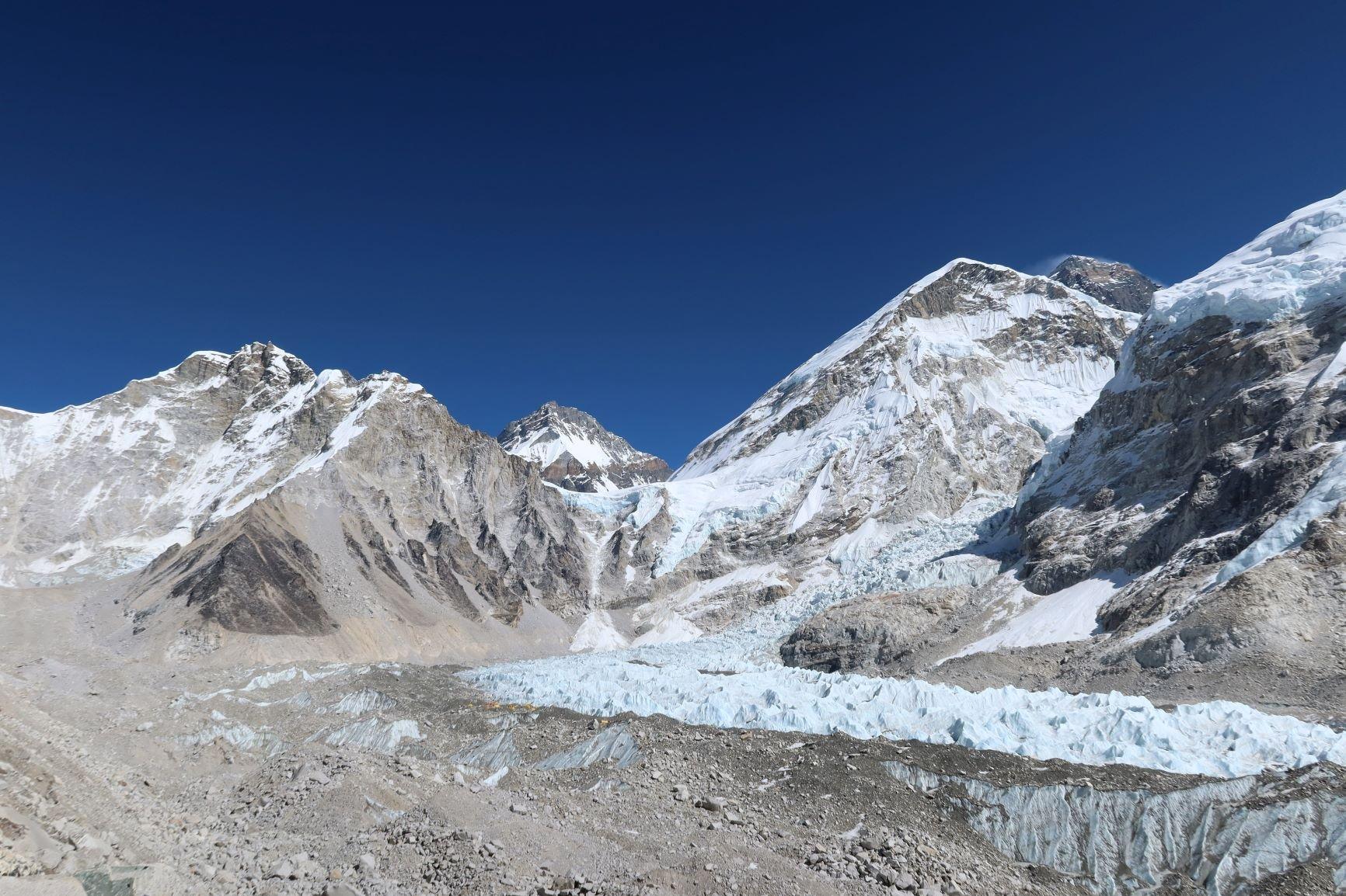 昆布冰河 - 世界海拔最高的冰河,發源自珠峰和洛子峰;登山者既愛又畏之。© Greenpeace