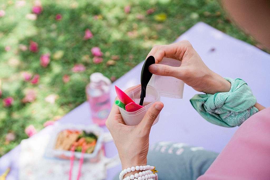 即棄餐具方便,但同時製造很多問題,所以Fion會自備餐具。© Patrick Cho / Greenpeace