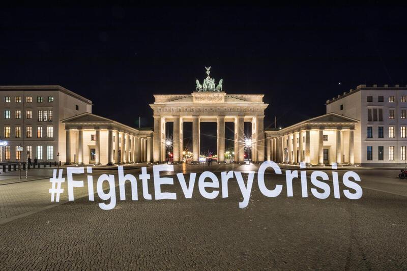 新冠肺炎肆虐全球期間,綠色和平為支持「Fridays For Future 周五為未來」,在柏林國會大廈的露天廣場以光影展示氣候行動訊息。© Gordon Welters / Greenpeace