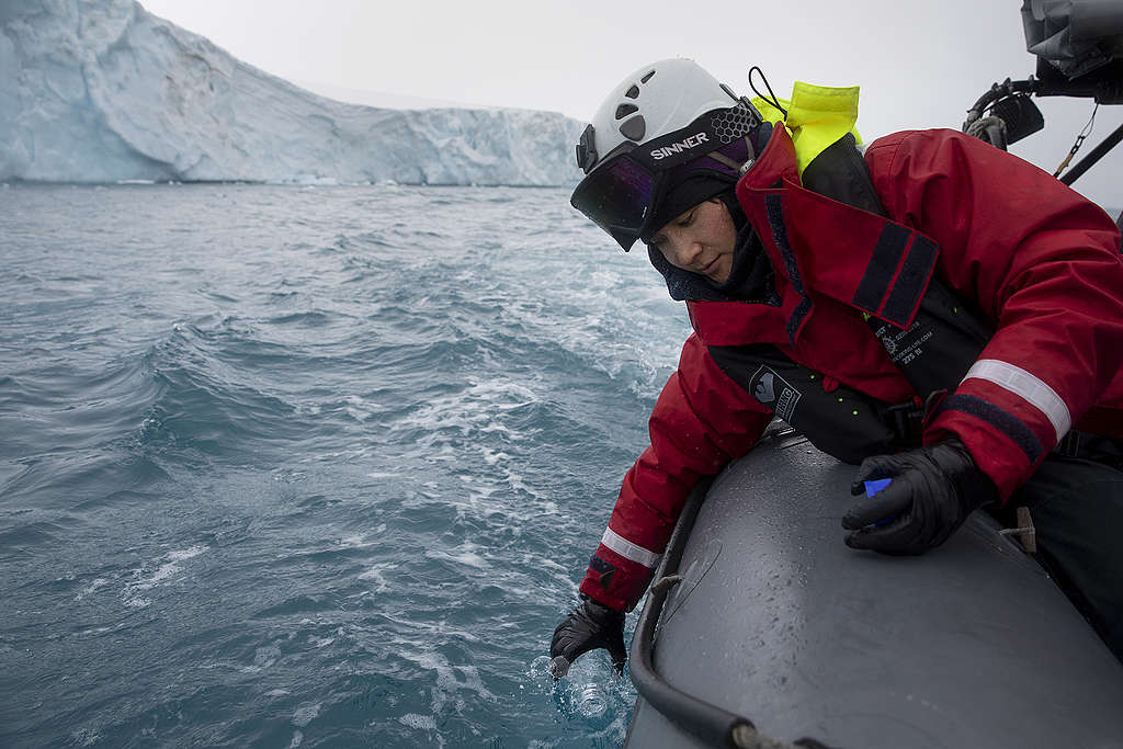 調查工作之一,就是乘坐橡皮艇到冰山周遭採集海水樣本。 © Abbie Trayler-Smith / Greenpeace
