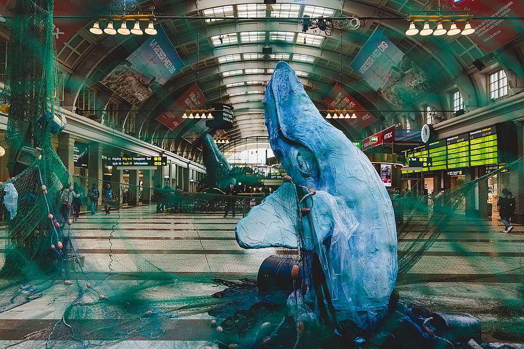 瑞典斯德哥爾摩中央車站3月化身狂野海洋,邀請民眾聯署推動全球海洋公約。 © Jana Eriksson / Greenpeace