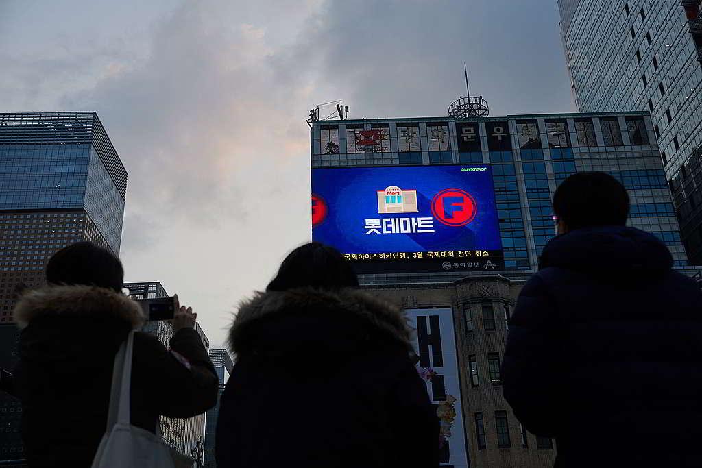 綠色和平3月在首爾的室外電子屏幕公佈走塑成績表,吸引途人駐足觀看,鼓勵民眾一同推動超市走塑。 © Jung-geun Augustine Park / Greenpeace