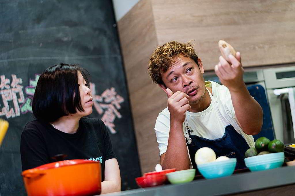 梁祖堯與綠色和平項目主任陳可淳示範母親節走塑大餐,分享每個食材背後的根源。© Greenpeace