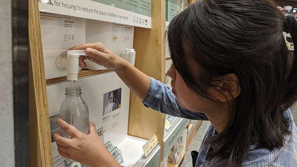百佳去年推出「裸買補充站」,顧客可自備容器購買洗頭水、沐浴露及洗潔精等個人護理產品。 © Greenpeace