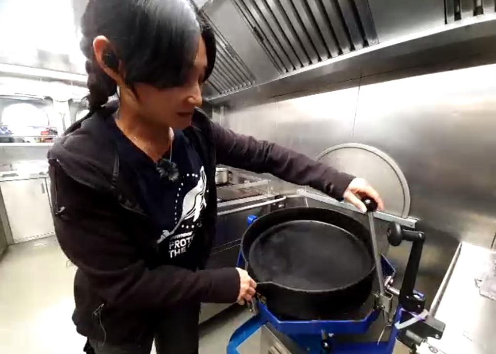 如何在顛簸船上煮食而不失霸氣?小豚親自示範這個回復廚具平衡的法寶! © Greenpeace