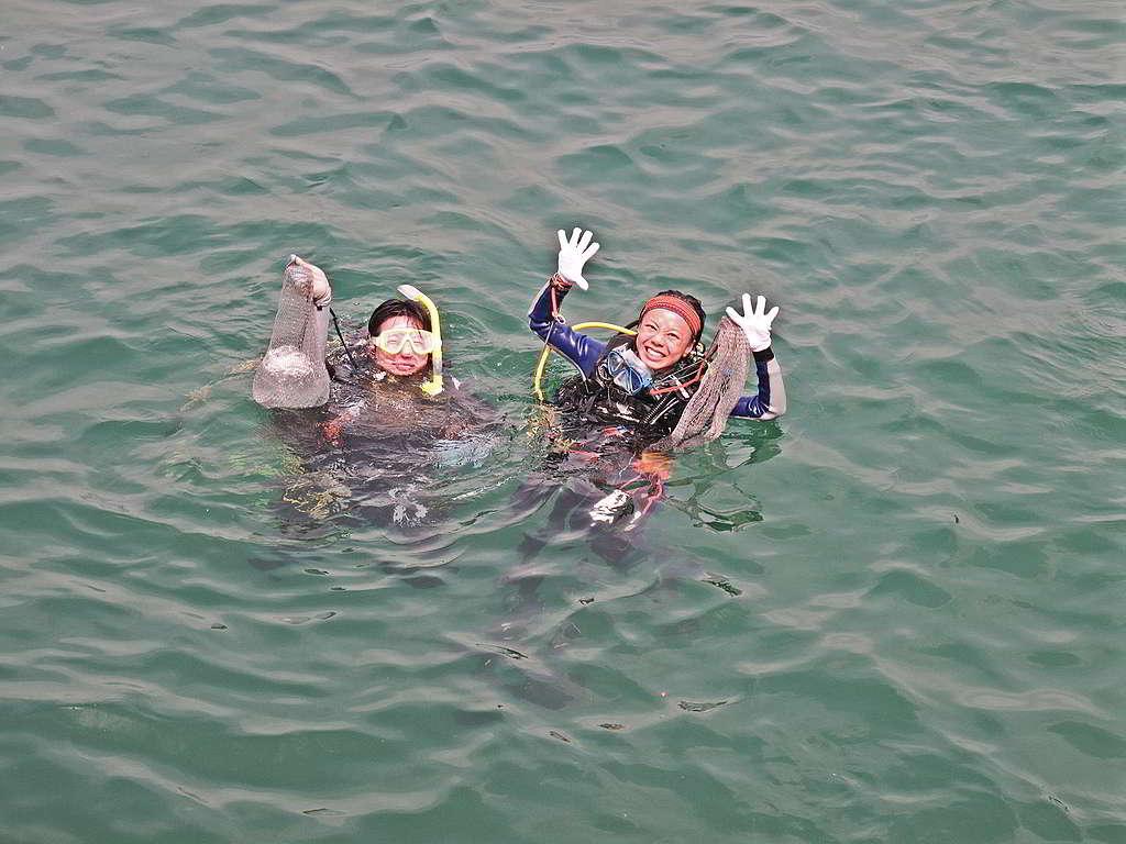 Stephen與潛水學員定期參與清理「鬼網」及淨灘工作。 (照片由受訪者提供)