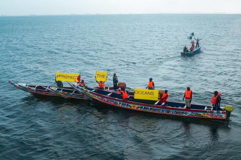 當地漁民於2019年與綠色和平團隊會面交流後,更獲啟發,圖為當地漁民自行組織的非暴力直接行動,展示「守護海洋」的口號,以多元策略施壓政策制定者。© Pape Diatta Sarr / Greenpeace