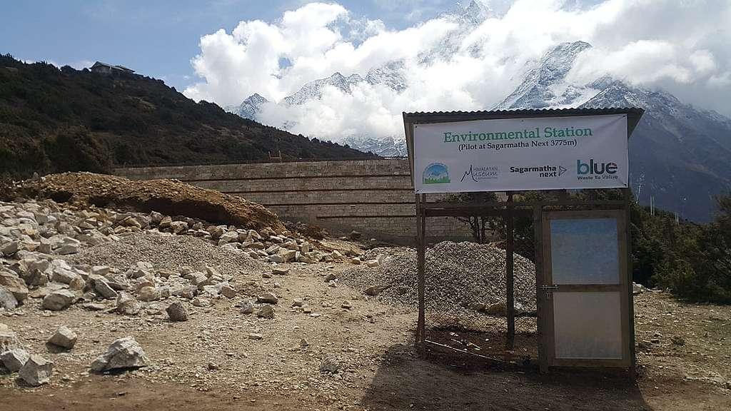 在Namche Bazer山上,垃圾轉運站正在建設中。